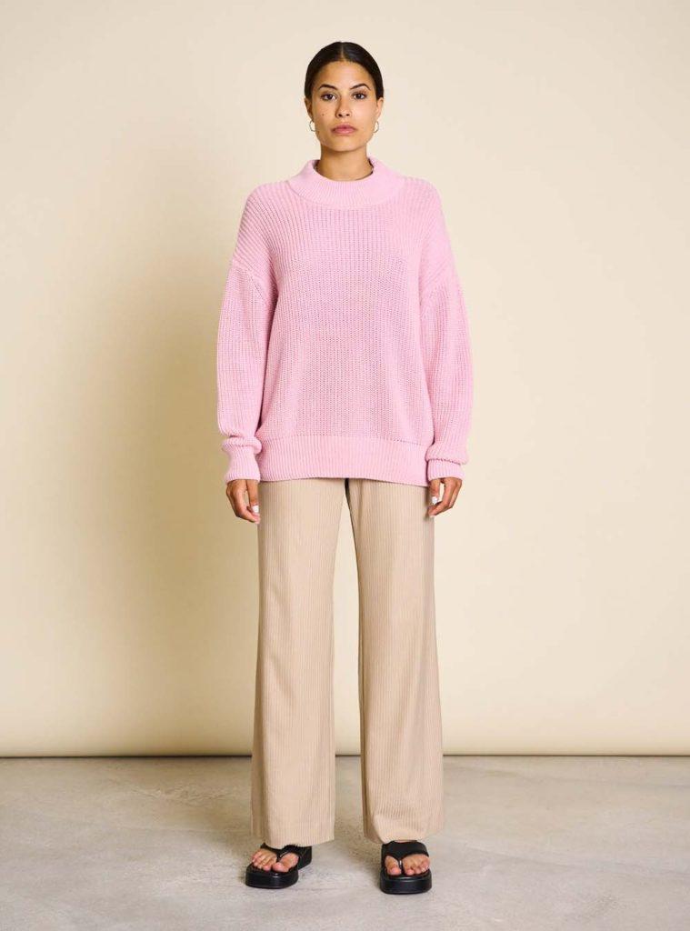femme pull rose et pantalon beige