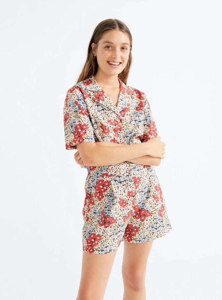 femme combinaison à fleurs