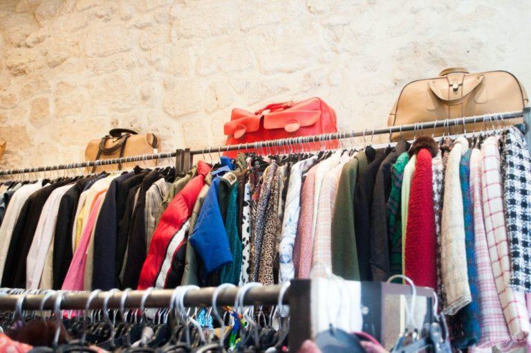 vêtement sur ceintres et sacs de voyage