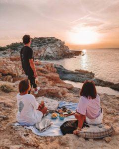 pique nique 3 personnes coucher de soleil mer