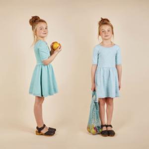 2 petites filles robe bleue