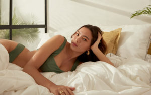 femme bikini kaki sur un lit