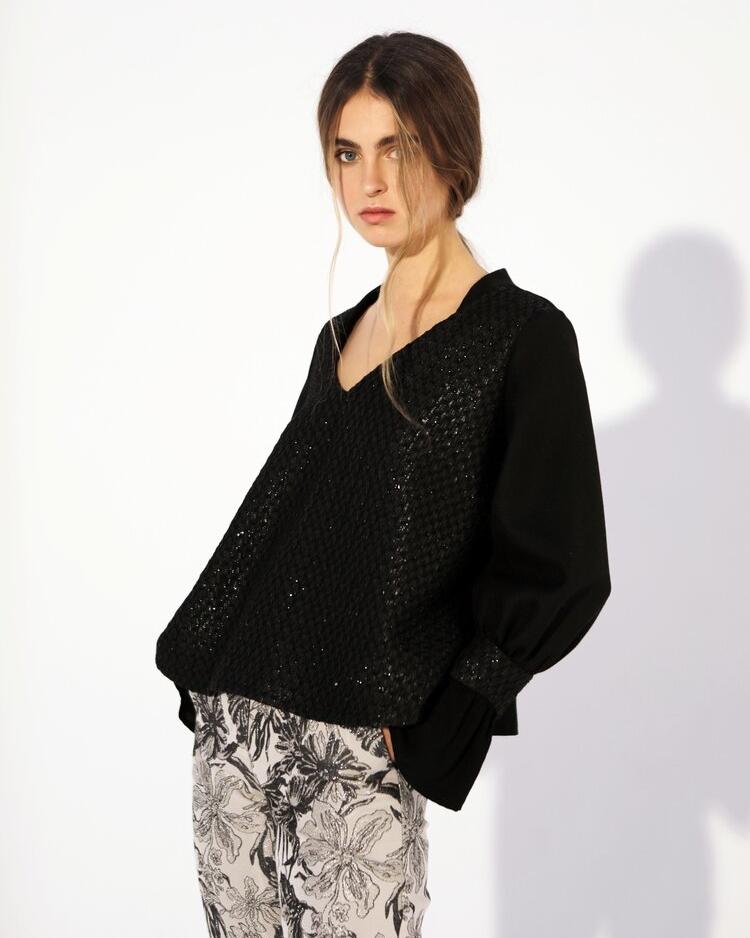 femme blouse noire