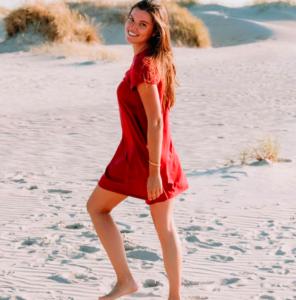 femme robe rouge plage