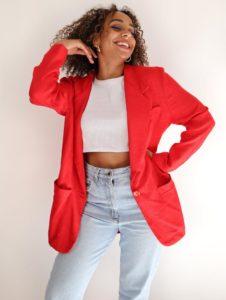 femme blazer rouge top blanc jeans