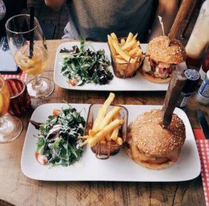 assiettes burger frites salade