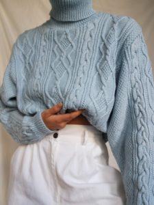 pull en laine bleu pantalon blanc