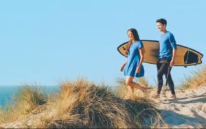 couple planche de surf dune de plage